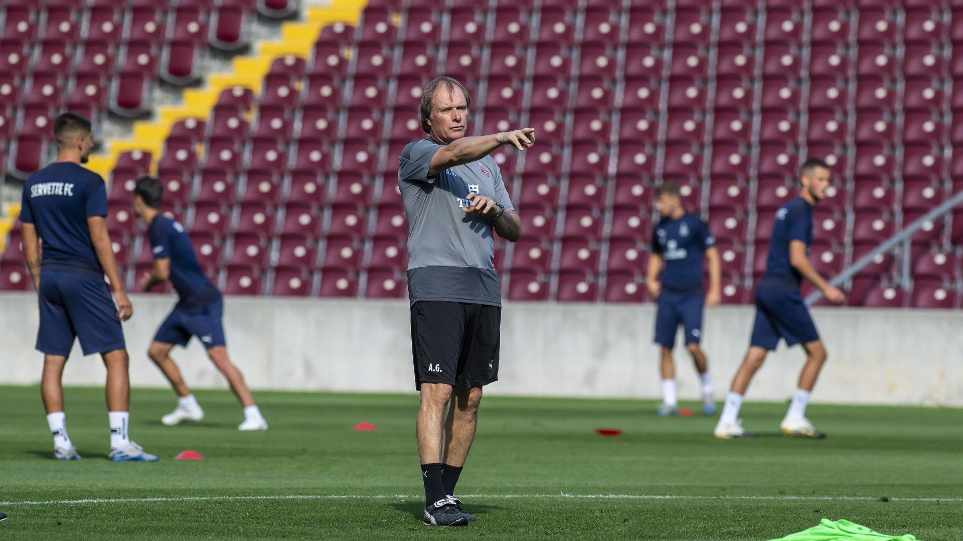 Alain Geiger oriente les joueurs du Servette FC lors d'un entraînement au stade de la Praille.