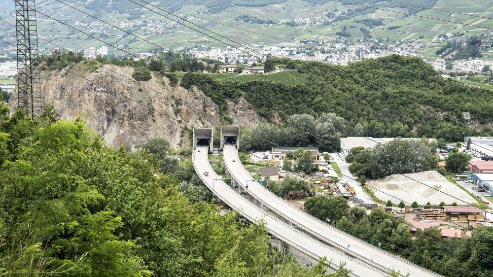 Les tunnels de l'autoroute à la hauteur de Sierre ont été creusés dans une des collines créées par ce gigantesque éboulement daté d'il y a au moins neuf mille ans.