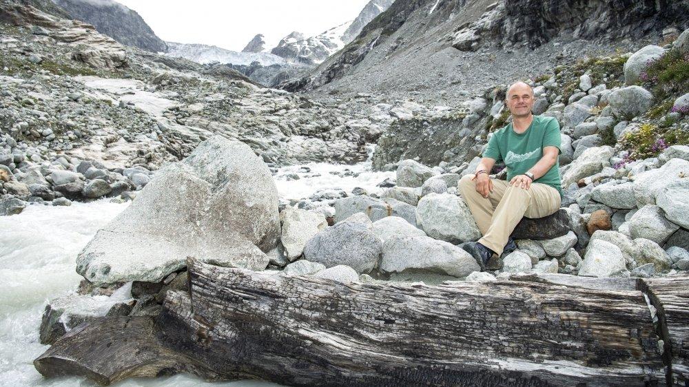 Sous le glacier du Mont-Miné, Thierry Basset nous emmène à la découverte de troncs de mélèzes millénaires. Recrachés par la moraine, ils témoignent d'une forêt dense à cette altitude il y a plus de 8000 ans.