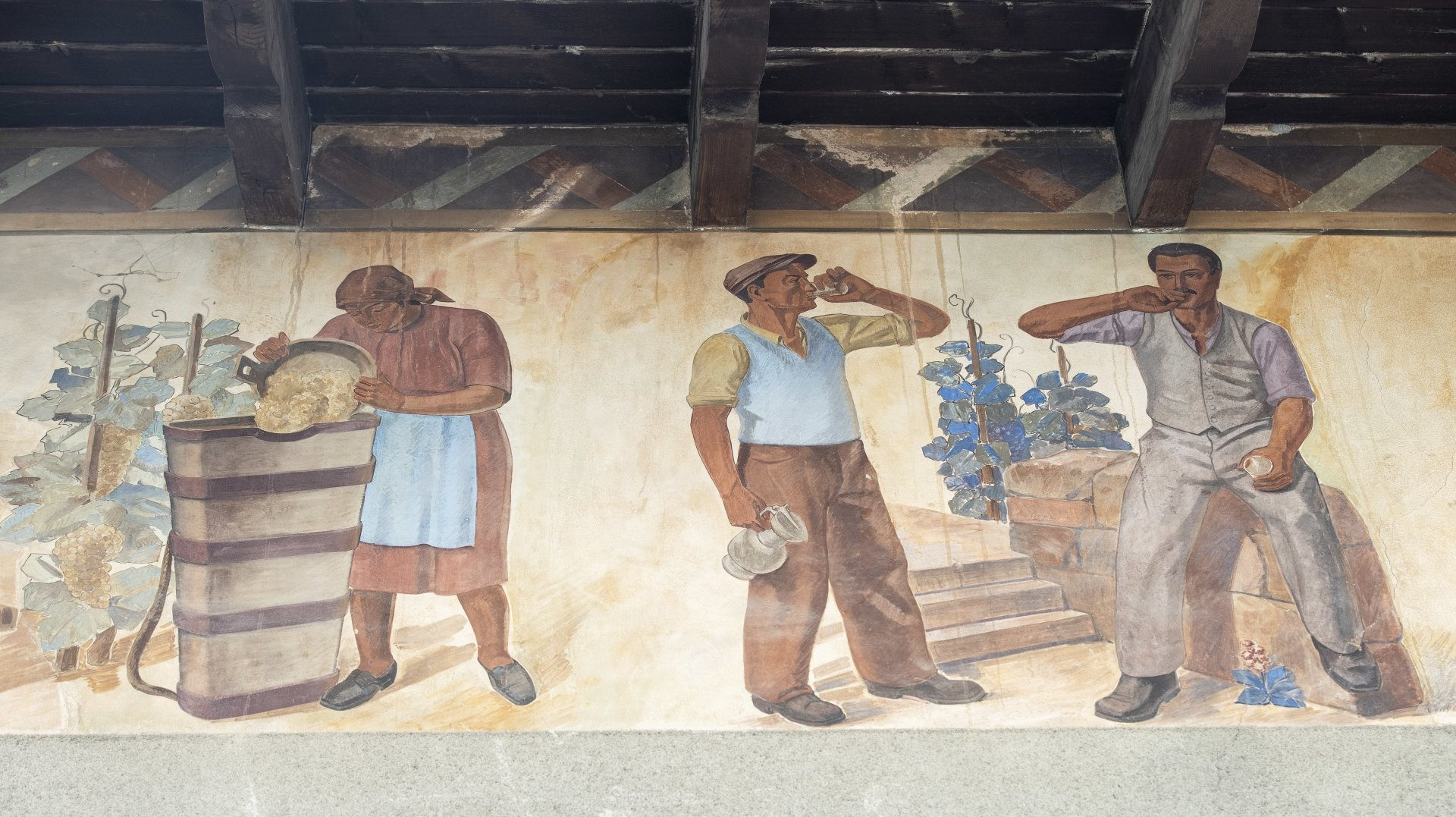 Ornant l'avant-toit de la cave Henri Carron, cette fresque monumentale date de 1941.