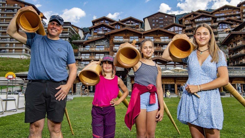 La famille Ginggen - Patrick, Elsa (9 ans), Zoé (11 ans) et Lily (14 ans) - vit au rythme de sa passion pour le cor des Alpes.
