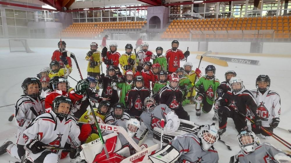 Les hockeyeurs en herbe ont pu se perfectionner durant deux semaines à Loèche-les-Bains.