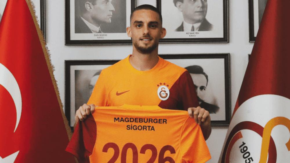 Berkan Kutlu présente son nouveau maillot après la signature de son contrat avec Galatasaray.