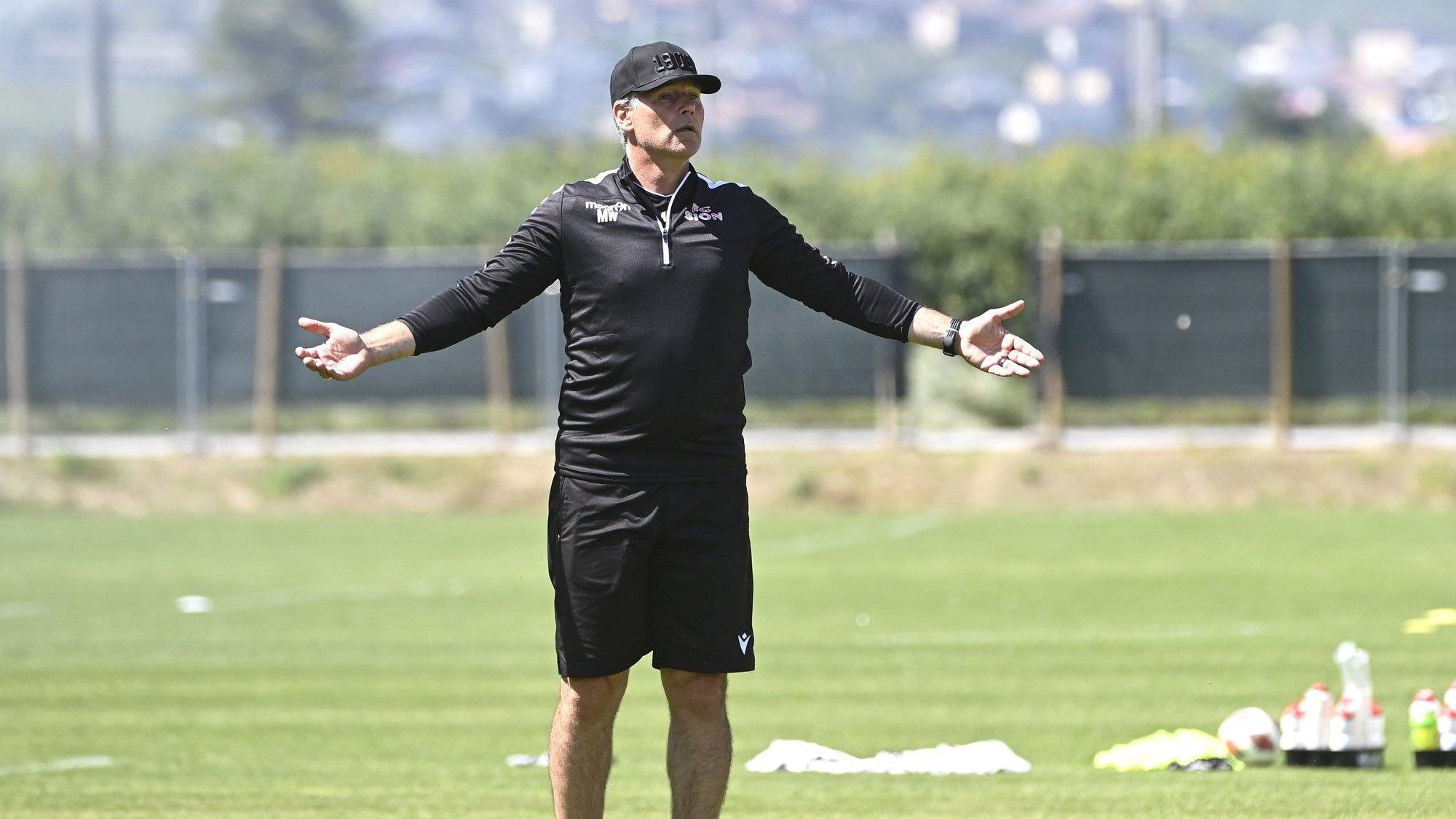 «C'est quoi ce que vous faites?» interpelle Marco Walker lors d'un entraînement du FC Sion au centre de Riddes.