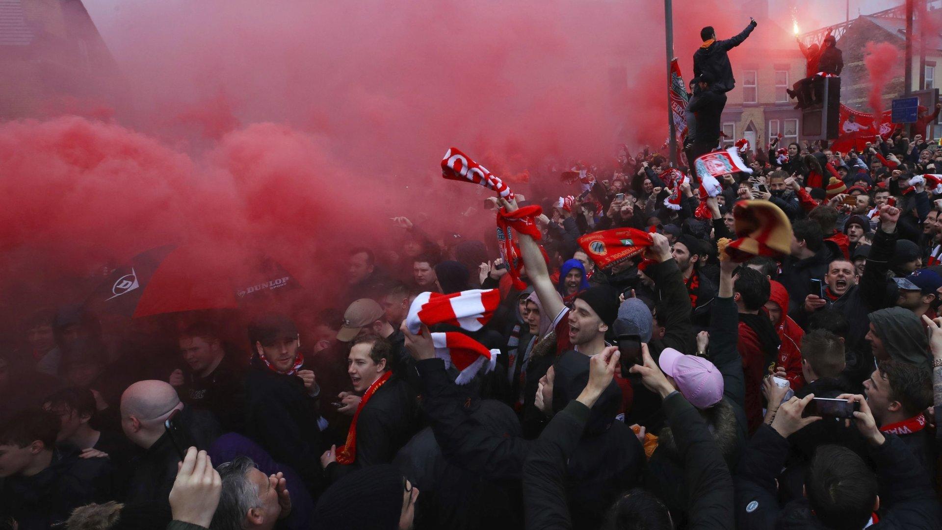 Les fans du FC Liverppol allument des fumigènes avant la demi-finale de la Ligue des champions entre l'AS Roma et leur club en 2018.