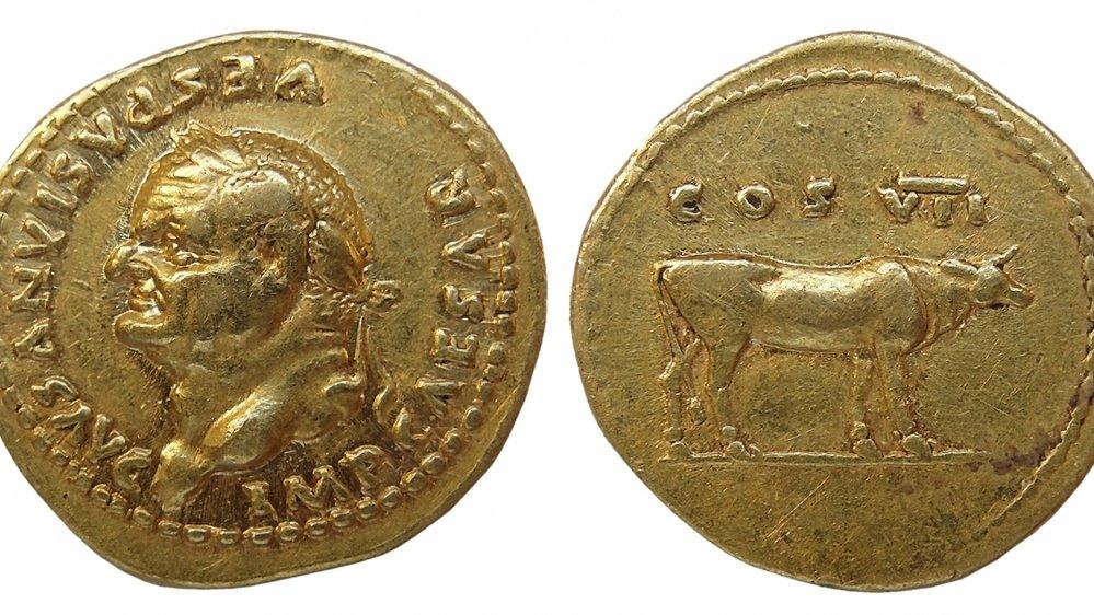 L'avers et le revers de l'aureus de Vespasien, une pièce d'or datant de l'an 76 après J.-C., qui vient d'être léguée à la Fondation Gianadda.