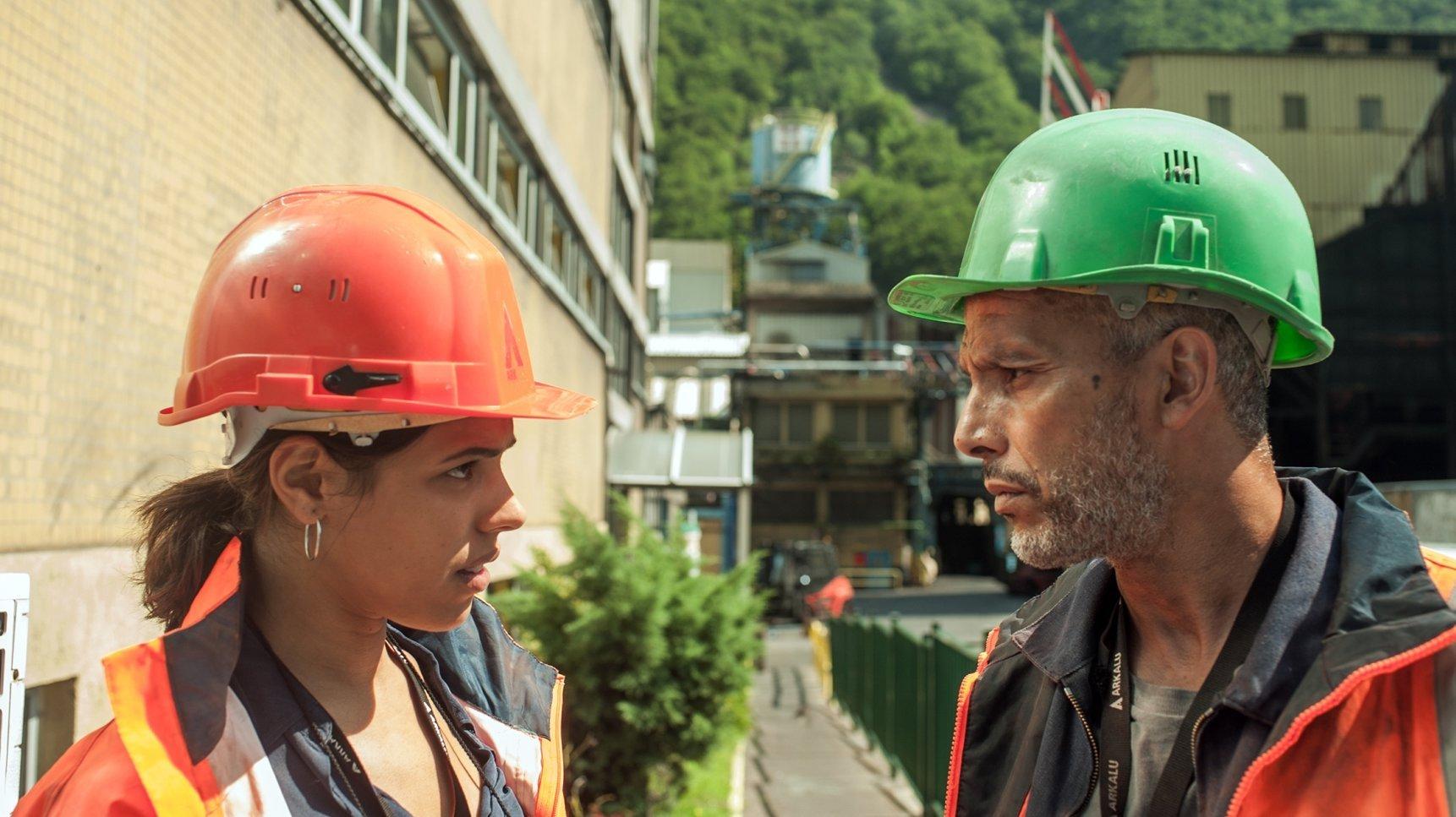 Nour va découvrir que tout le monde ferme les yeux sur les déchets chimiques rejetés par l'usine où travaille son père…