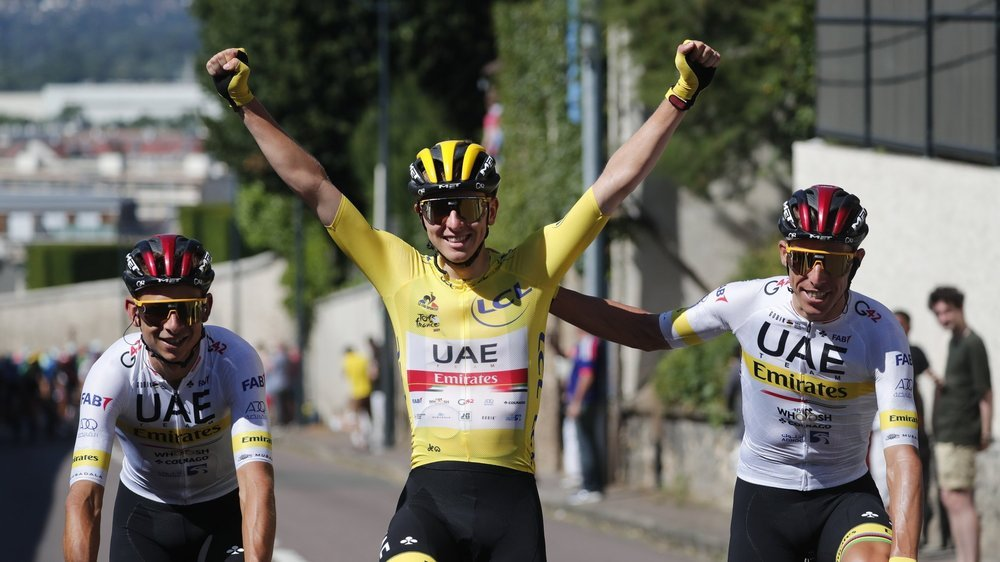 Tadej Pogacar, entouré de ses coéquipiers, peut savourer son deuxième succès sur le Tour de France.