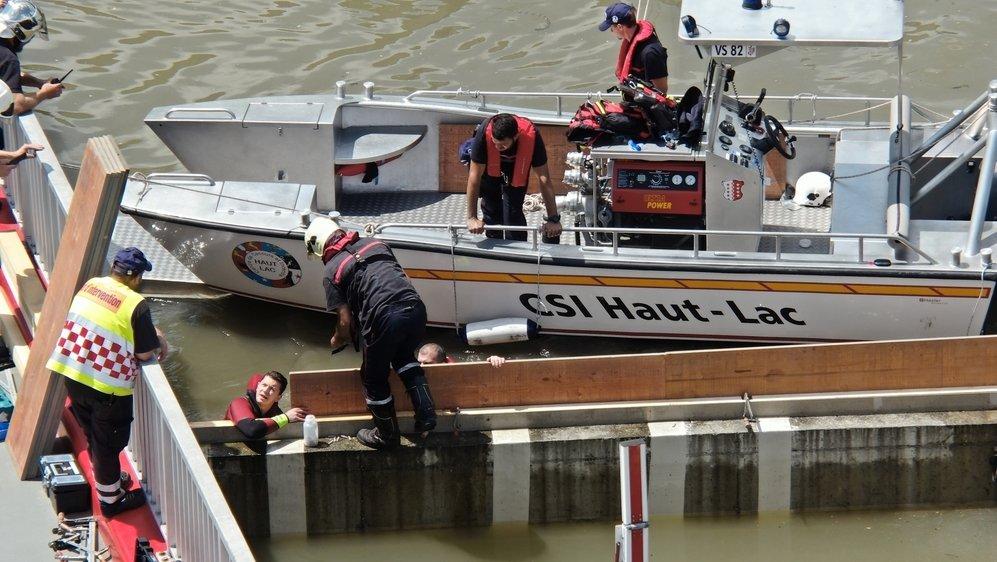 Les pompiers du Haut-Lac ont installé des panneaux de coffrage pour protéger les installations techniques du pont.