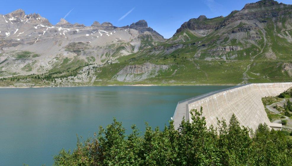 Depuis sa mise en eau en 1953, le barrage de Salanfe n'a jamais pu être totalement rempli. A une certaine cote, l'eau s'infiltre dans les calcaires sous les Dents du Midi.