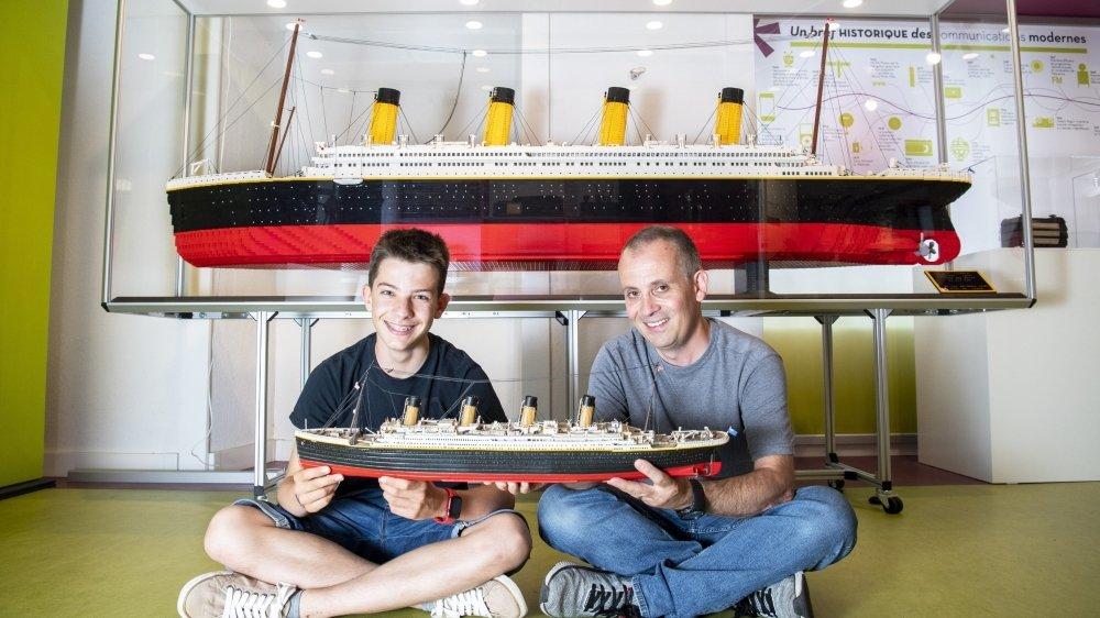 """Après avoir construit une première maquette du """"Titanic"""" de 67 centimètres, Steeve Lonfat (à dr.) a convaincu son fils William d'en réaliser une nouvelle en Lego, longue de 3 mètres."""