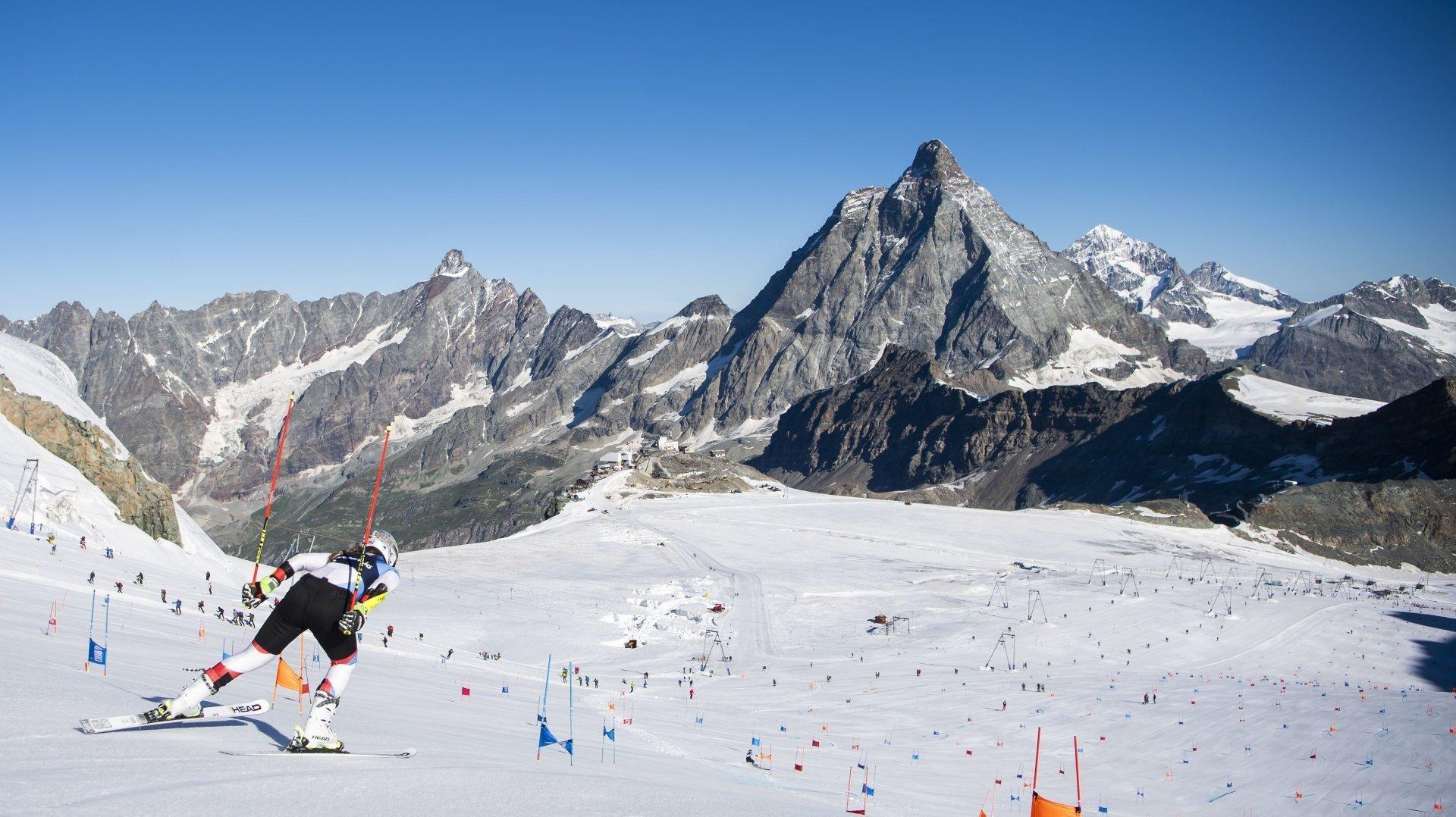 Corinne Suter et les athlètes de la Coupe du monde fréquentent déjà assidûment les installations de Zermatt durant leur préparation estivale.