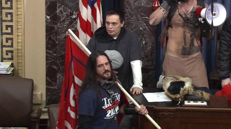 Des photos versées au dossier montrent cet homme portant un grand drapeau au nom de l'ancien président républicain (ARCHIVE).