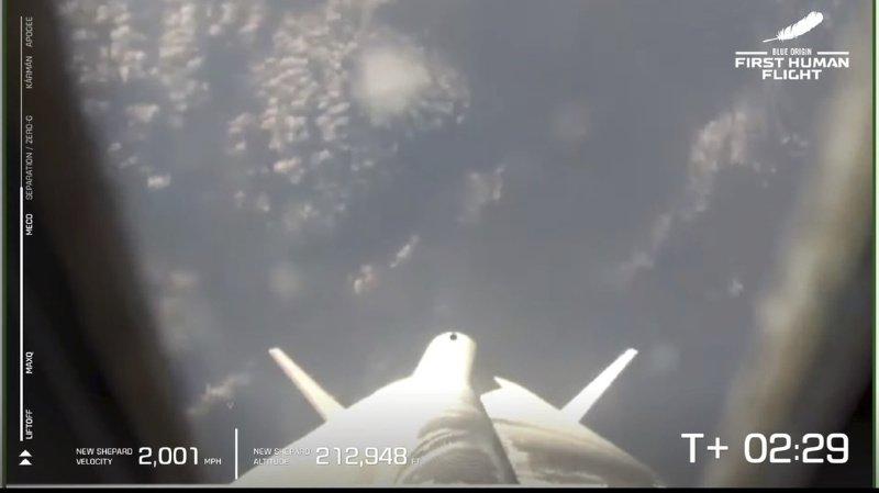 Le propulseur New Shepard, avec à son sommet une capsule transportant Jeff Bezos et trois autres passagers, s'est envolé de la base spatiale de la compagnie dans le désert du Texas à 8h11 locales.
