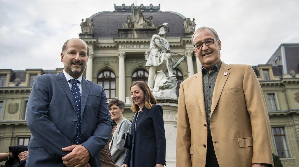 Guy Parmelin (droite) pose avec le syndic de Lausanne Gregoire Junod (gauche), lors de la fête nationale sur l'Esplanade de Montbenon, dans le cadre du festival Riposte à Lausanne.