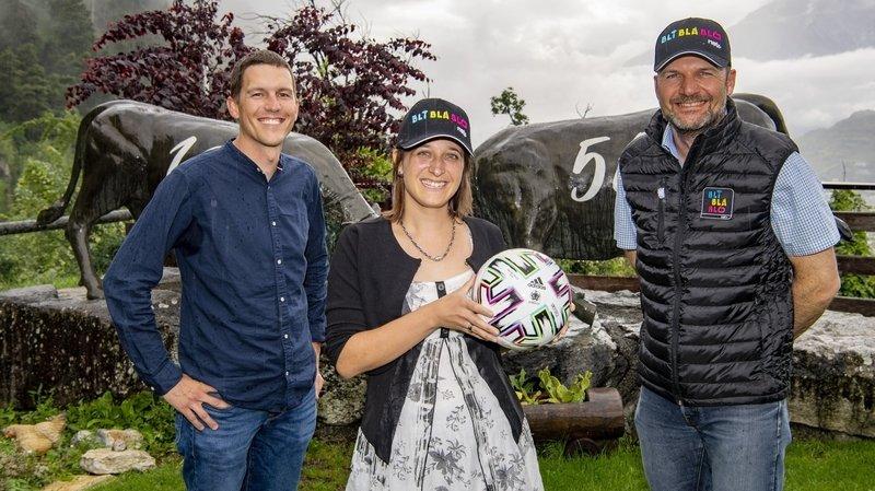 Jennifer Amos, lauréate du concours de pronostics de l'Euro 2021, pose pour la postérité au Relais des Reines du val d'Hérens entre Jérémie Zuber, responsable marketing du «Nouvelliste», et de Joël Vocat, membre du marketing de Netplus.