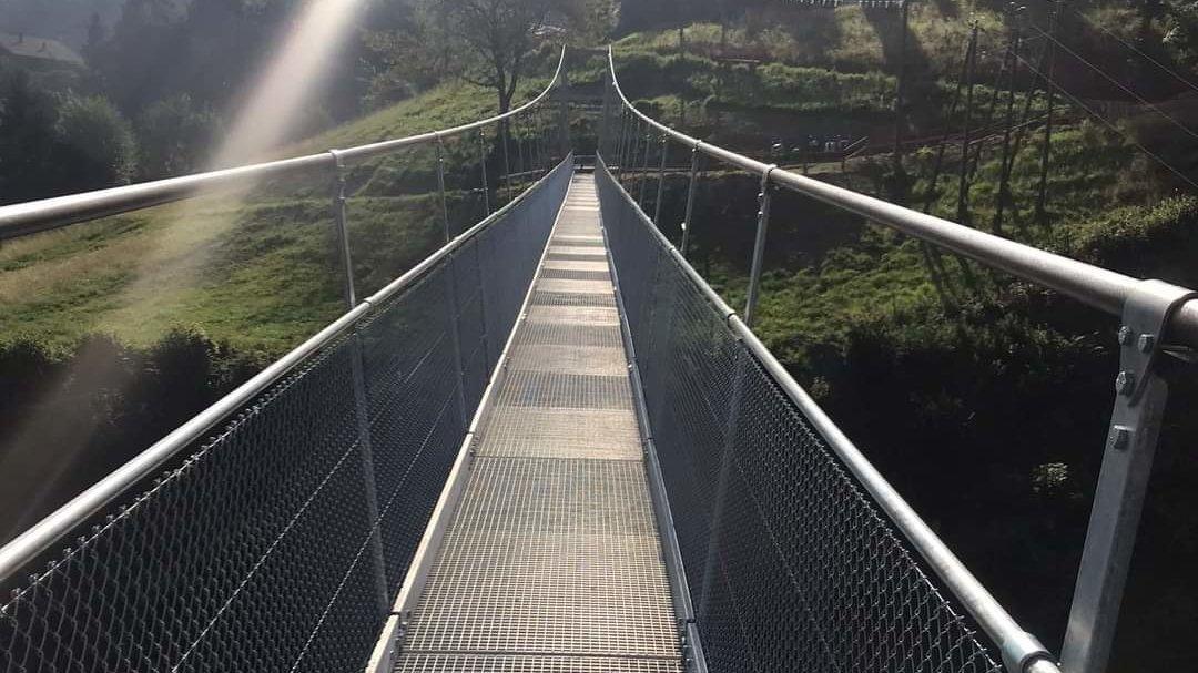 La passerelle permet de rejoindre les deux versants en 5 minutes à pied.