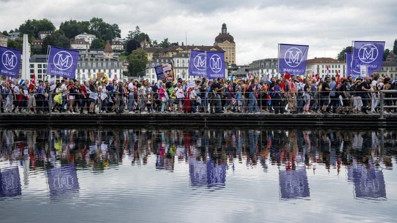 Coronavirus: des milliers de personnes à Lucerne et Genève contre les mesures