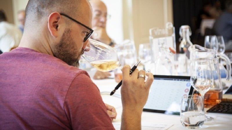 Fin juillet à Sierre, 136 jurés experts de tout le pays ont dégusté et noté à l'aveugle les 2821 vins sélectionnés.