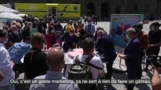 L'OFSP distribue des gâteaux sur la Place fédérale pour la vaccination