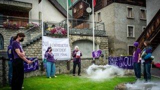 Réforme de la loi sur le viol: les collectifs féministes romands montent au créneau dans le village de Beat Rieder