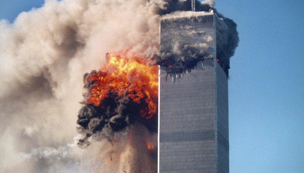 Deux appareils percutèrent successivement les tours jumelles, réduites en cendres en moins de deux heures.