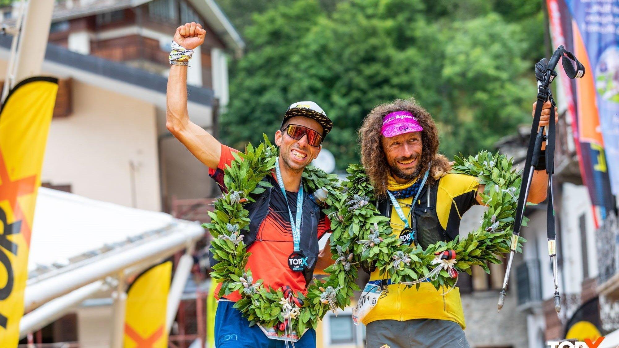 Jules-Henri Gabioud et Luca Papi célèbrent leur victoire dans le Tor des glaciers à Courmayeur après plus de 138 heures d'effort.