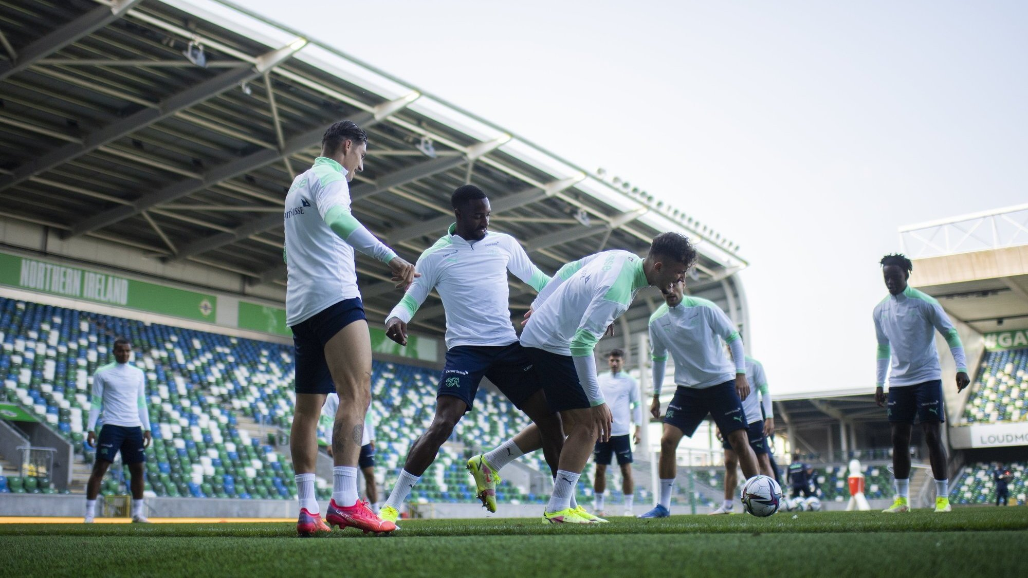 Les joueurs suisses découvrent le Windsor Park de Belfast lors de l'entraînement mardi avant leur match contre l'Irlande du Nord.