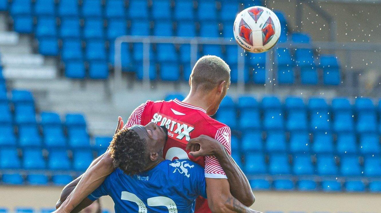 Guillaume Hoarau dévie le ballon de la tête malgré la pression de Rayan Kadima.