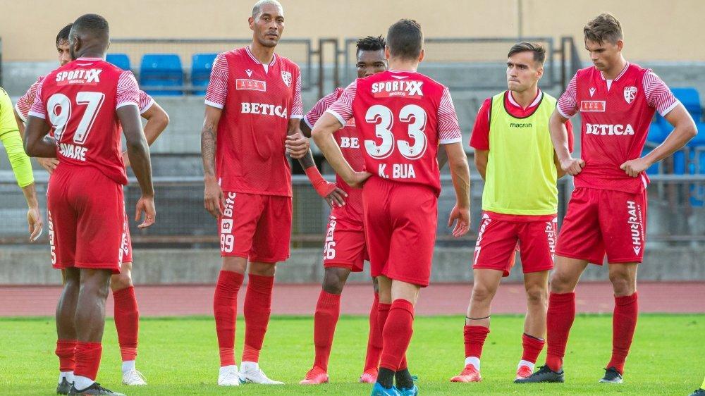Les joueurs du FC Sion quittent le terrain dépités après la déroute subie contre le FC Stade Lausanne-Ouchy en Coupe de Suisse.