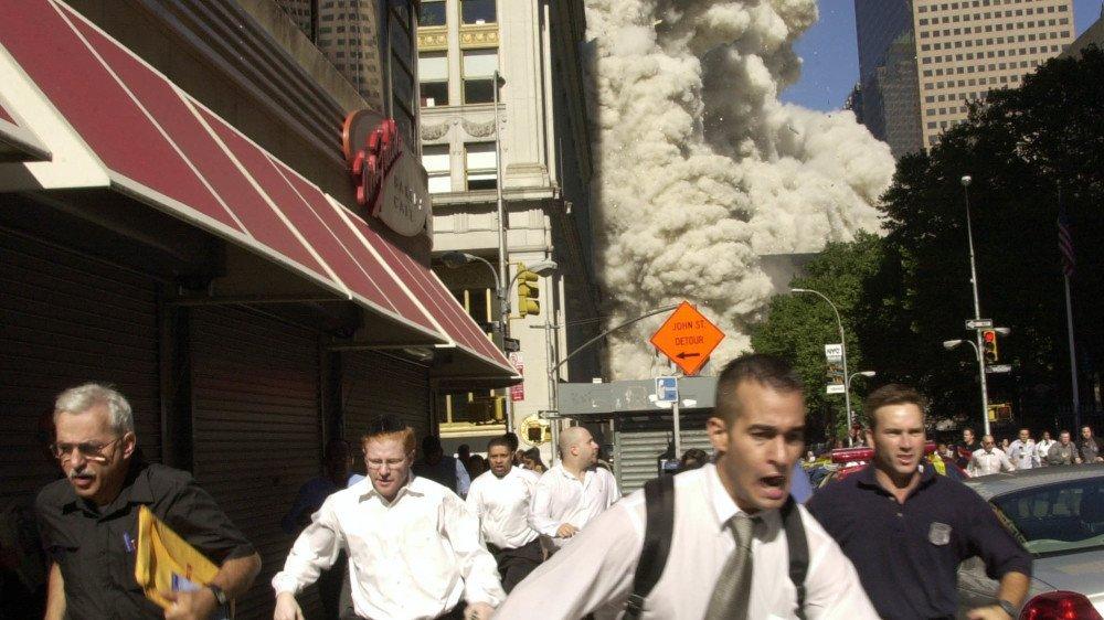 Des gens fuient alors que les tours du World Trade Center s'effondrent, le mardi 11septembre 2001, à New York.