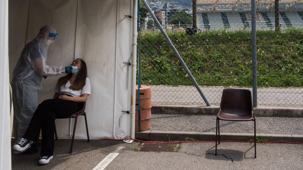 Un spectateur subit un test de dépistage du coronavirus avant un match de Super League à Lugano en juillet dernier.