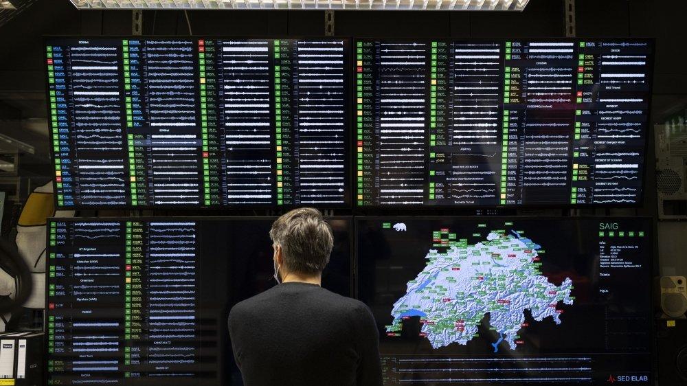 Un collaborateur du Service sismologique suisse, SED, surveille sur un écran l'état de diverses stations sismiques du pays.