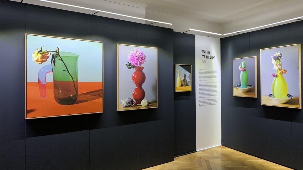Dans l'exposition de Pedro Almodovar, on retrouve la palette colorimétrique chère au réalisateur de génie.