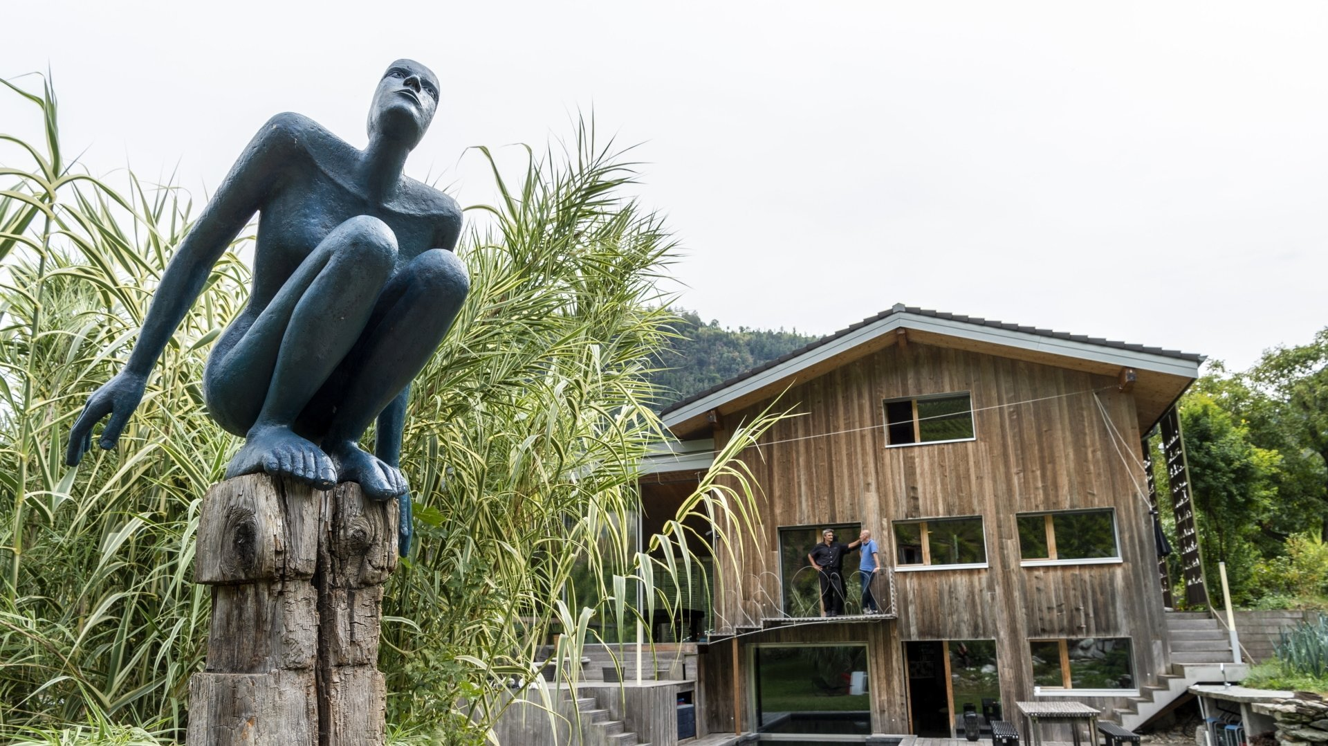 «Le saut de l'ange» de Josette Taramarcaz, exposé dans le jardin, et accessible à la vente lors de la visite du 29 septembre. Et au fond, sur le balcon, Mathieu Rouillet et Thierry Debons, directeur du Conservatoire cantonal et responsable des performances lors des événements.