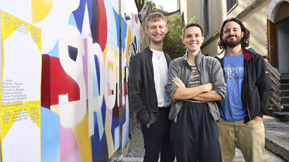 """Benjamin Bender, Claire Frachebourg et Christophe Burgess, les trois jeunes artistes valaisans à la base du projet """"Fais comme chez toi""""."""