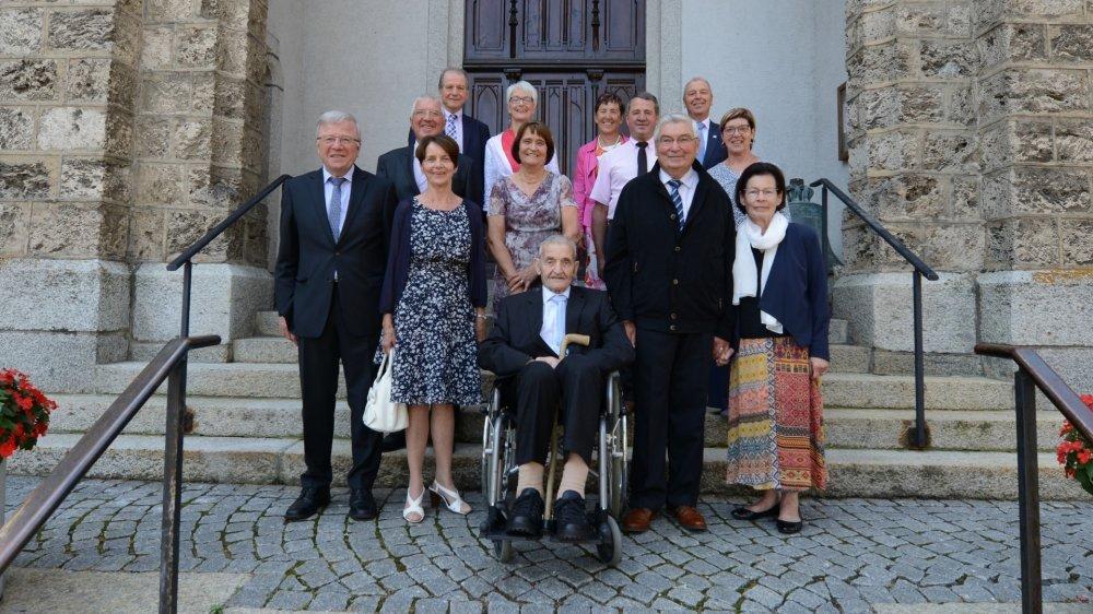 Fernand Tornay, en compagnie d'une partie de sa grande famille, lors d'un beau jour de fête.