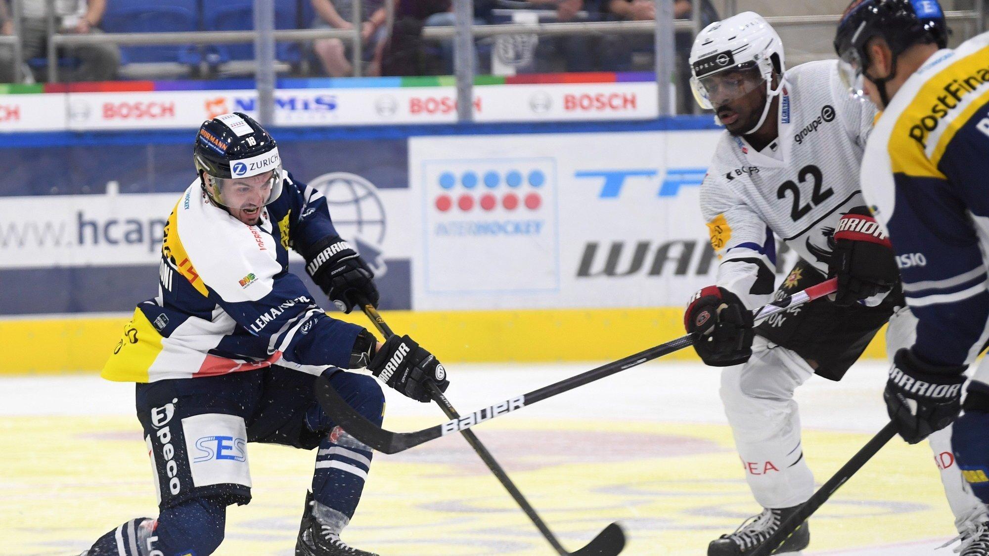 Dave Sutter (à droite, numéro 22) a découvert avec Fribourg la nouvelle patinoire d'Ambri-Piotta.