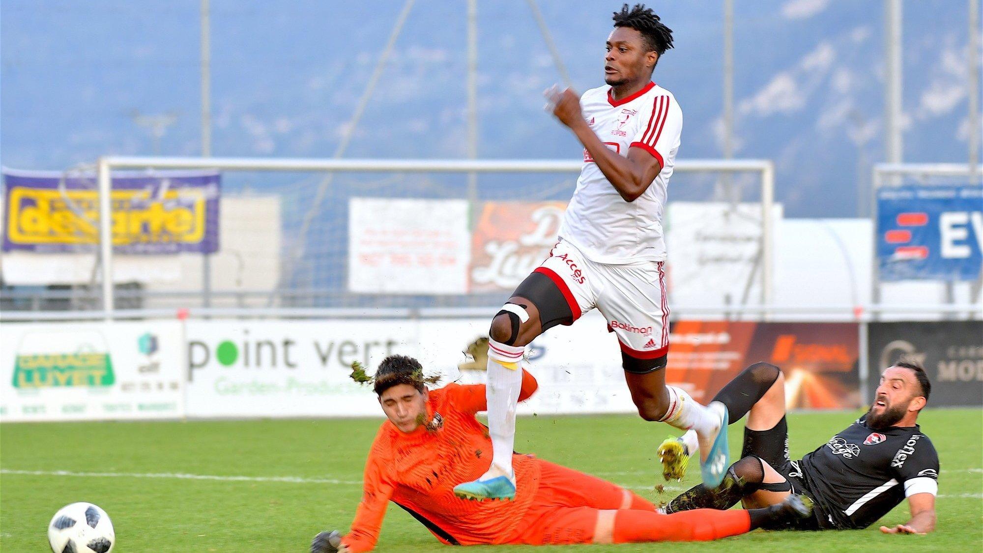 Manu Mvuatu inscrit l'un de ses deux buts pour le FC Savièse contre le FC Prishtina Berne.