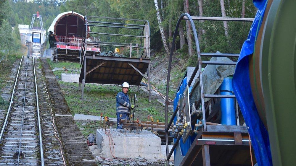 Un funiculaire permet aux ouvriers de rejoindre facilement les points clés du chantier.