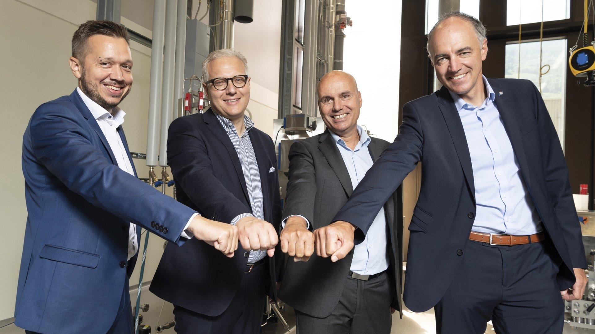 """Gaëtan Cherix, Renzo Ciccilini, François Seppey et Christophe Darbellay tirent un premier bilan """"réjouissant"""" du partenariat signé début 2020 entre Lonza et la HES-SO Valais-Wallis."""