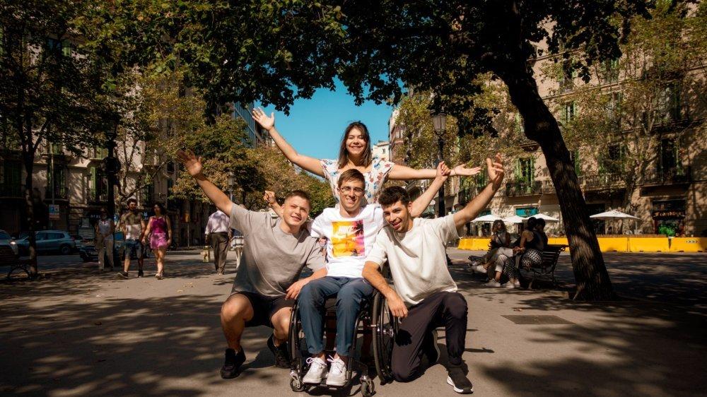 Jonas Bell, entouré de ses amis Léon (à g.), Max et sa compagne Anouchka, fête la réussite de son défi au cœur de Barcelone.