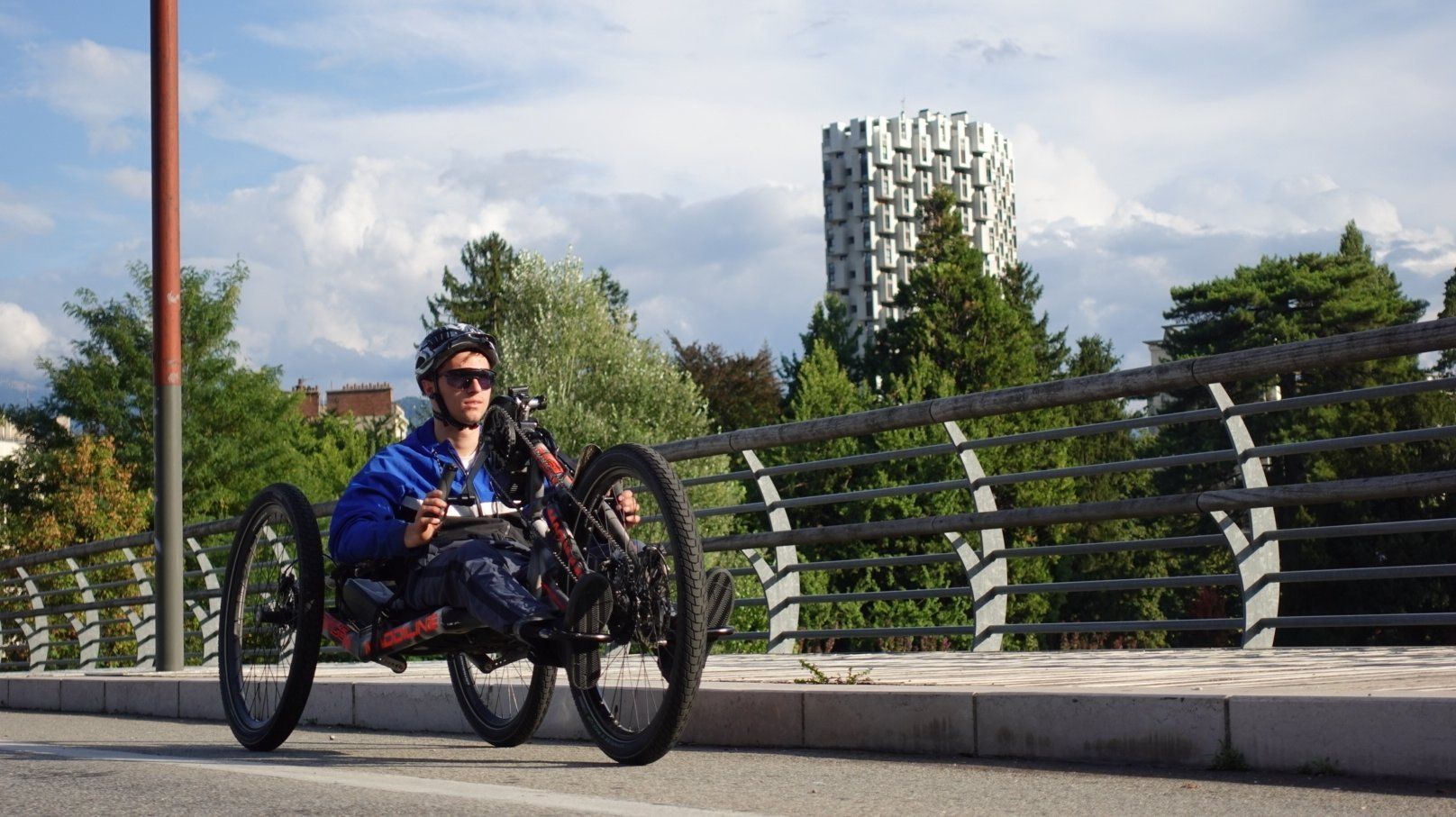 Jonas Bell est en train de relier Martigny à Barcelone avec son handbike.