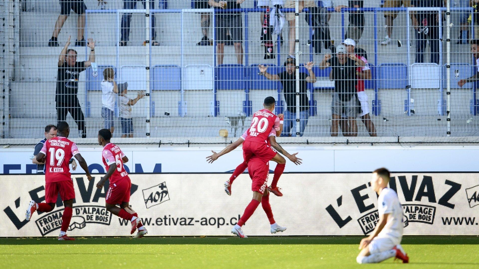 Guillaume Hoarau exulte avec Musa Araz sur ses épaules après avoir marqué le but de l'égalisation pour le FC Sion contre Lausanne.