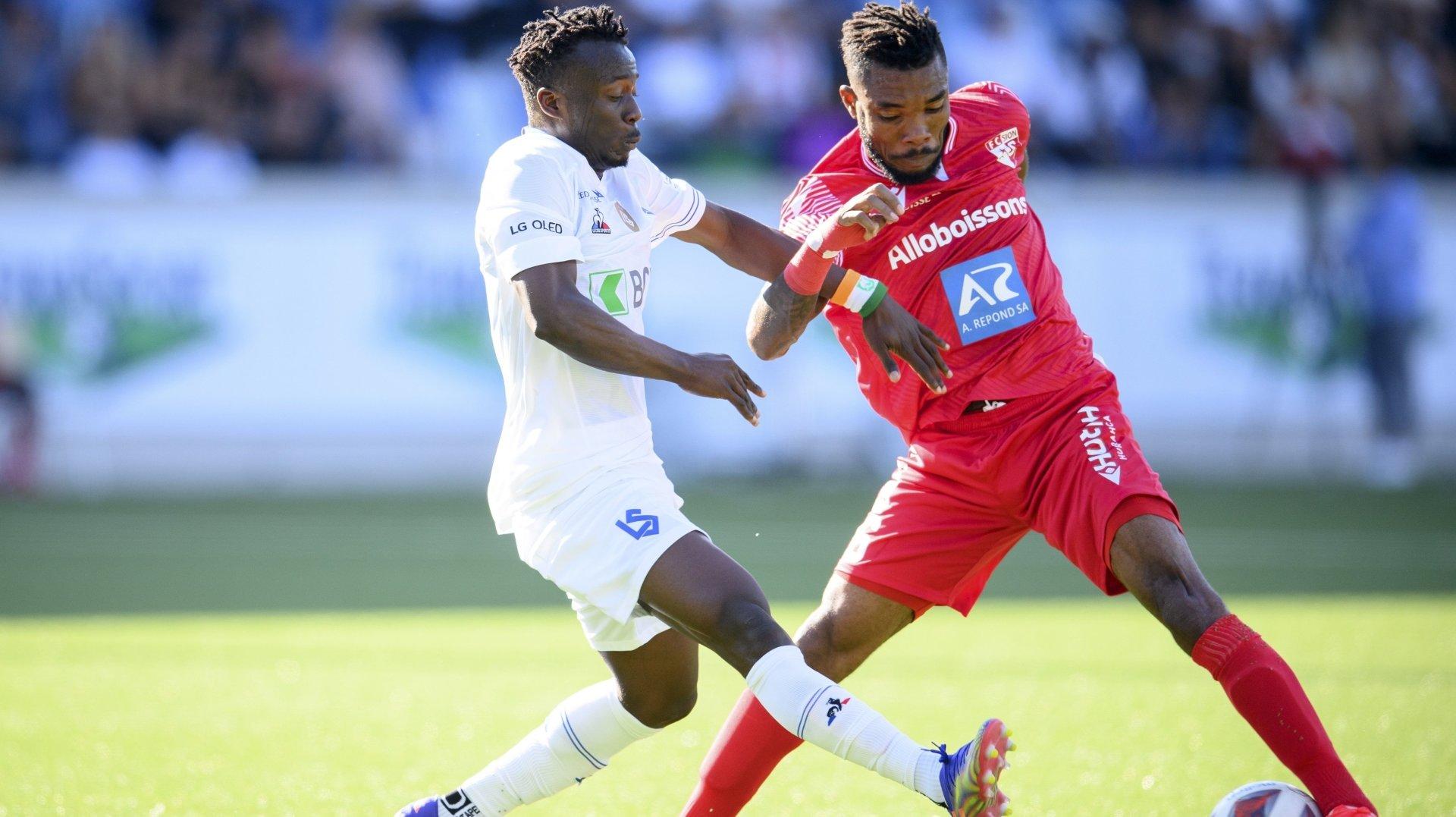 Geoffrey Serey Die tente d'échapper à l'intervention de Thomas Trazié lors du match entre le FC Sion et le Lausanne-Sport.