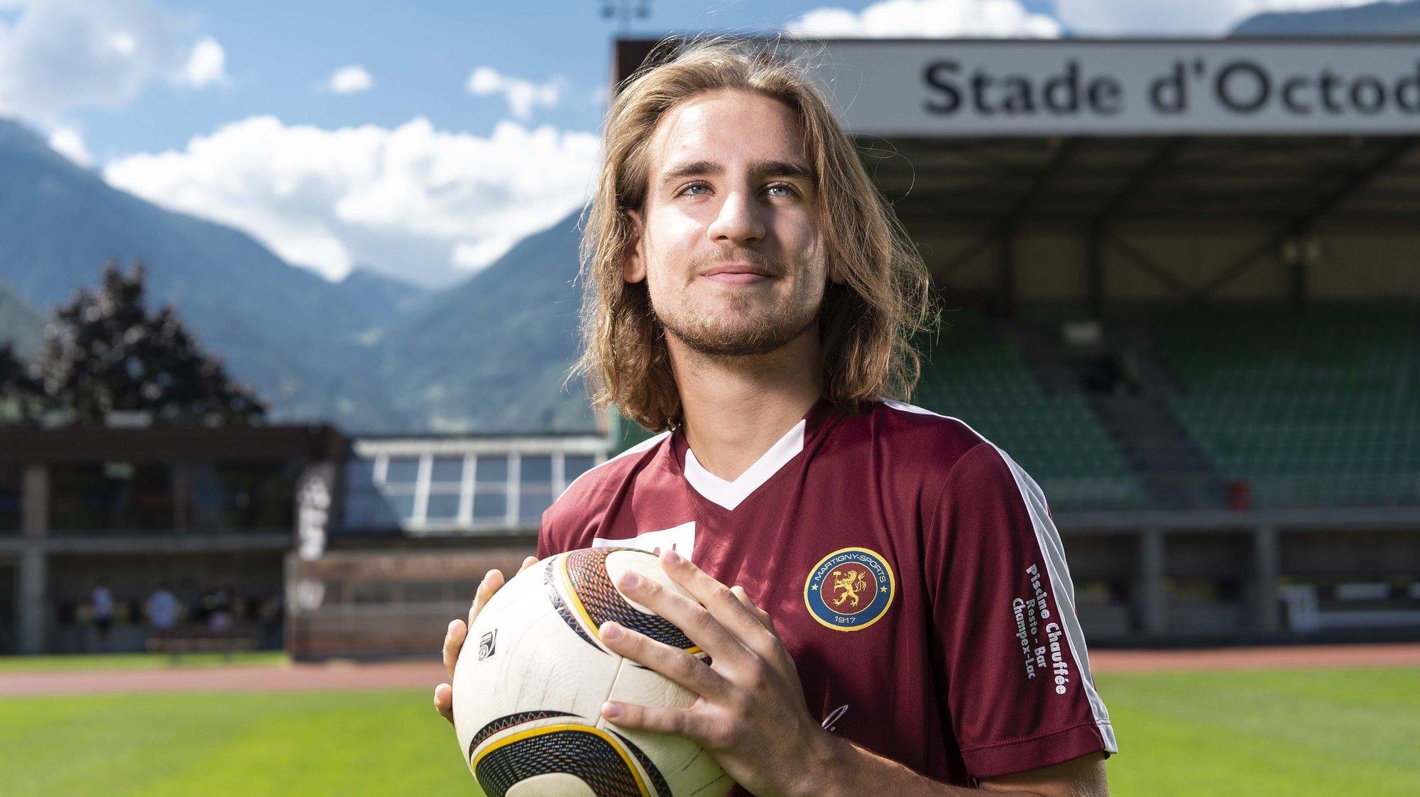 Kenan Samardzic pose avec le maillot du Martigny-Sports au stade d'Octodure, son nouveau domicile footballistique.