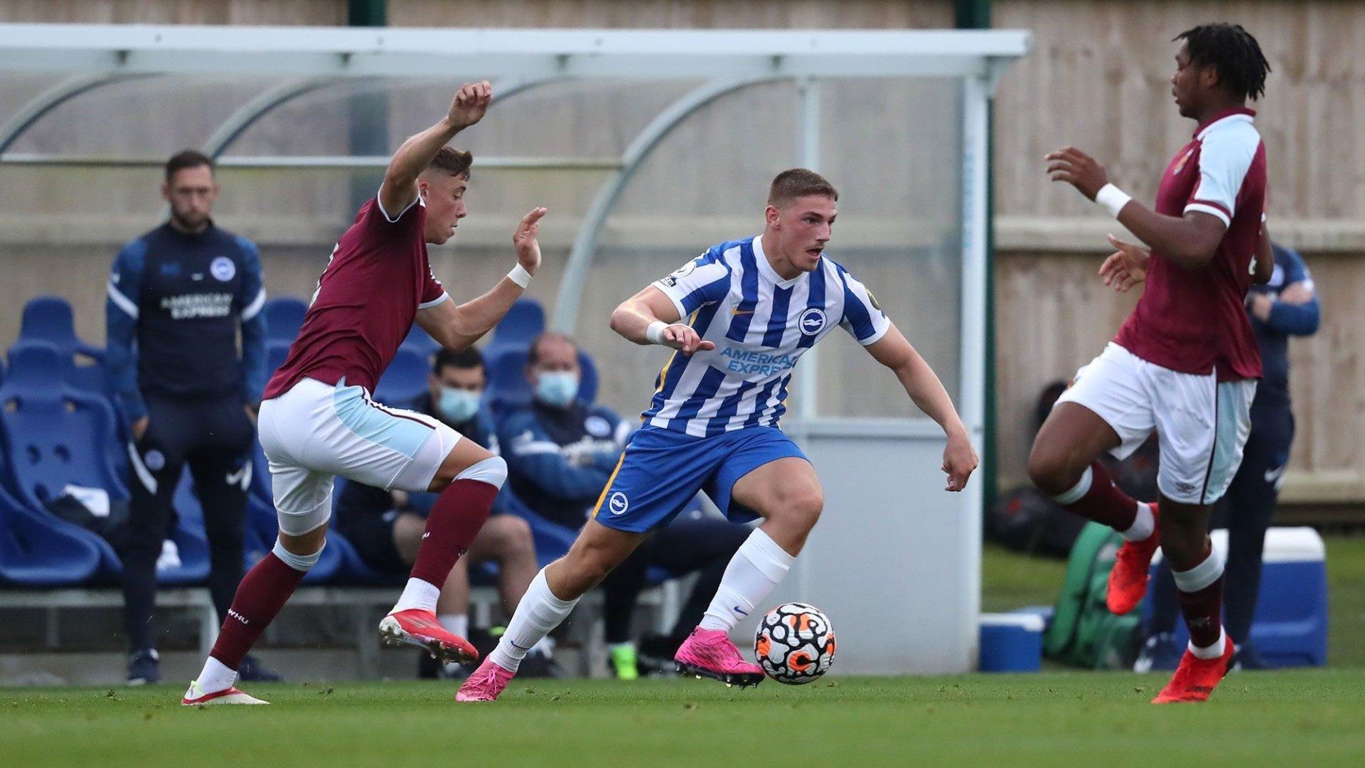 Ballon au pied, Lorent Tolaj sème la panique dans la défense de West Ham United.