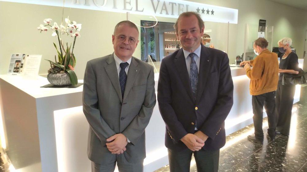 Le directeur académique, Dominique Ernotte, et le directeur général, Yves Defalque, dans le hall de l'hôtel Vatel, désormais quatre-étoiles supérieur.