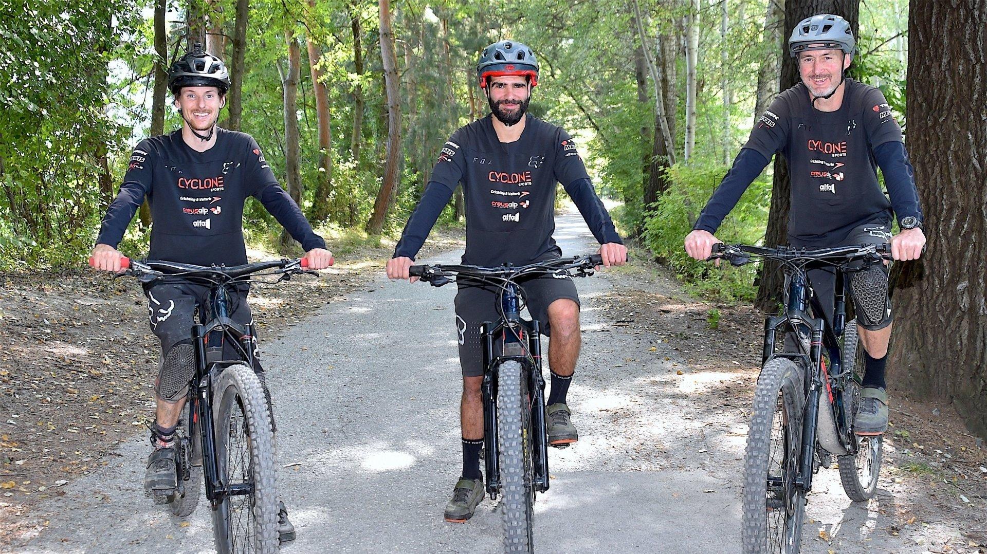 Xavier Blanc, Mehdi Lorenz et Raphaël Salamin se préparent pour la manche valaisanne des séries mondiales d'enduro en VTT.