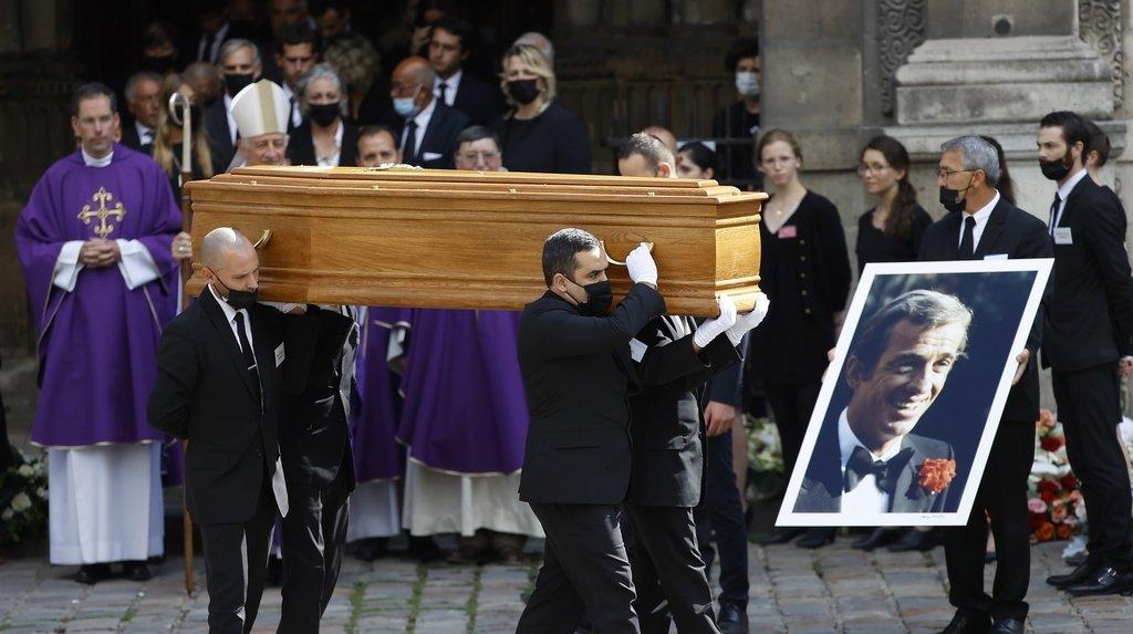 Le public, venu en nombre aux abords de l'église, a applaudi le cercueil pendant quatre minutes à la fin de la cérémonie.